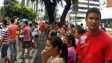 Protesto por moradias do Minha Casa gera tumulto - Após confusão, população deixa local de protesto.