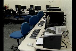 Escola de Belém recebe equipamentos usados para laboratório de informática - Colégio deveria ter sido beneficiado com a implantação de novos laboratórios de informática, em 2006.