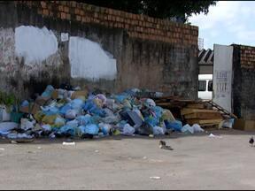 Moradores de condomínio vizinho à Naspec jogam lixo em frente ao local em Salvador - Entulho, restos de alimentos e até de móveis são abandonados bem perto de onde ficam os doentes.