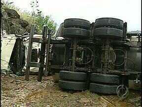 Acidentes com caminhões matam três pessoas na PR 445 - Os acidentes tumultuaram o trânsito na principal ligação entre Londrina e Curitiba.