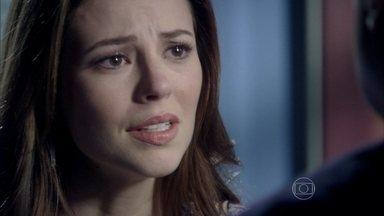 Paloma pede ajuda a César para recuperar Paulinha - O médico diz que conversou com Rafael sobre o caso e aconselha a filha a tentar superar a perda da menina
