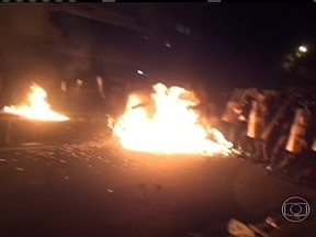 Manifestantes e policiais entram em conflito após passagem do Papa - O Papa Francisco não viu, nem ouviu os confrontos, que começaram vinte minutos depois da saída do pontífice do Palácio Guanabara.Seis pessoas foram presas e três ficaram feridas, entre elas um policial.