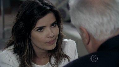 Aline diz a César que Pilar pediu para ela o investigar - Secretária teme que Félix desconfie do caso com o médico