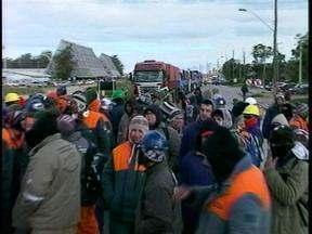 Após oito horas, termina o protesto dos trabalhadores do Polo Naval de Rio Grande, RS - Galhos de árvores e pneus foram utilizados para bloquear a BR-392.
