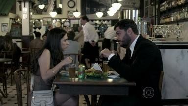 Maciel convida Valdirene para ir ao cinema - A periguete fica impressionada com a postura simples do falso milionário