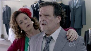 Márcia escolhe um terno para o futuro marido - Gentil dá o nó em sua gravata e deixa Márcia intrigada
