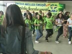 Jovens participam da Semana Missionária em Brasília - Católicos de Brasília aguardaram o peregrinos já no aeroporto. A recepção não podia ser mais calorosa. Em um quiosque, os fiéis receberam orientações e dicas de voluntários.