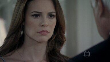César diz que Mariah vendeu Paloma - A médica abraça o pai e Pilar