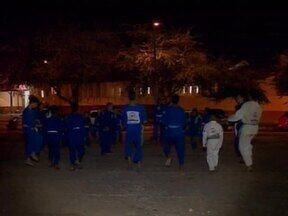 Judocas de projeto social perdem sede e treinam em Praça Pública - Judocas de projeto social perdem sede e treinam em Praça Pública