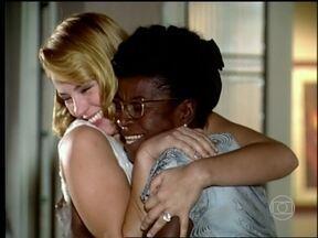 Dedé se emociona ao reencontrar Sônia - A emprega não se contem de felicidade ao descobrir que a moça não morreu.
