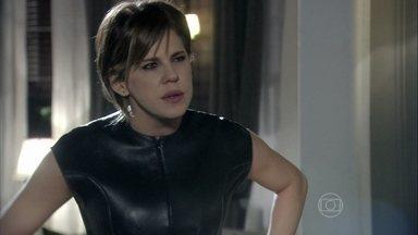 Edith fica furiosa ao ver Félix destratar Jonathan - O vilão pega o filho vendo fotos de prédios e joga o tablet do garoto na piscina
