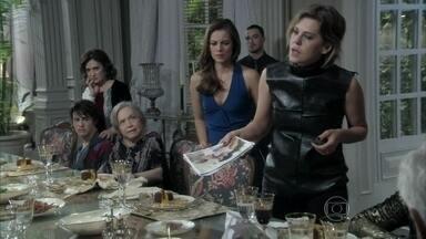 Edith mostra as fotos de Félix e Anjinho para César - O médico se enfurece com a revelação da nora, e Félix briga com a esposa