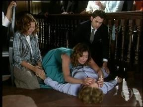 Lia sente forte dor no peito e morre - Ela não aguenta a sentença do juiz, para desespero dos filhos