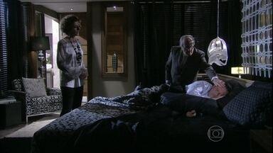 Vega chama Lutero para examinar Atílio - Ela conta para o médico que o marido apareceu de repente se queixando de dor de cabeça. Enquanto isso, Márcia sofre com a ausência de Gentil