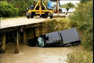 Corpos de três vítimas de um acidente são enterrados - Veículo cai de uma ponte em Arroio Grande.