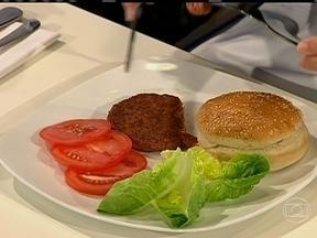 Pesquisadores criam hambúrguer de carne criada em laboratório - Nesta segunda-feira (05), os cientistas serviram o primeiro hambúrguer de carne bovina feito em laboratório, a partir de células-tronco de gado. O experimento foi realizado em Londres.