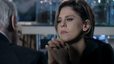 Edith revela a César que Jonathan é filho dele - Ela exige a metade da herança de Félix e o médico critica a atitude da estilista