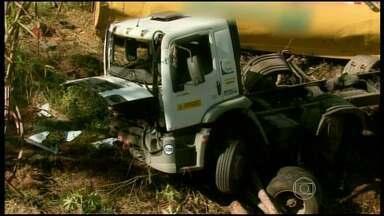 Caminhão carregado de combustível cai em barranco na BR-146, perto de Botelhos - Veículo estava carregado com 20 mil litros de combustível. Houve um vazamento e risco de explosão.
