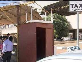 Taxistas reclamam dos pontos de táxi de Águas Claras - Os taxistas estão revoltados com a infraestrutura dos pontos de táxi de Águas Claras. Segundo a Secretaria de Transporte, existe um projeto para reforma do ponto.