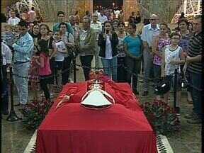 Milhares de fiéis se despedem do primeiro arcebispo de Maringá, Dom Jaime Luiz Coelho - Enterro vai ser hoje à noite