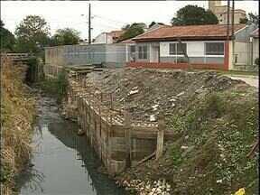 Córrego no Cajuru causa erosão e prejudica estrutura das casas - Moradores reclamam que obra de contenção está parada há dois meses.