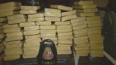 Polícia encontra cem quilos de drogas em ponto de venda de drogas de Mogi Mirim - Ao menos cem quilos de maconha embalados em tijolos para a venda foram encontrados em Mogi Mirim na noite de segunda-feira (5). Segundo a PM, uma denúncia anônima indicou o ponto de venda.