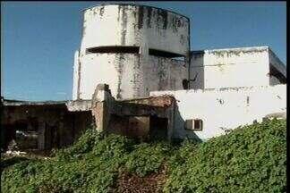 Prédio abandonado no Cariri é usado como abrigo para bandidos, denuncia população - População pede mais segurança na área.