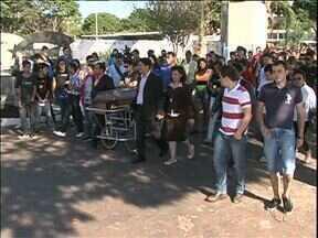 Jovens vítima de acidente são enterradas em Umuarama - Quatro jovens morreram na noite de domingo