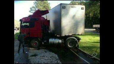 Caminhão tomba e motorista morre na BR-262 no ES - Acidente aconteceu na manhã desta terça (6), em Conceição do Castelo.