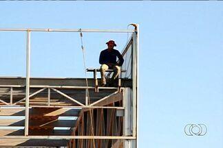 Vídeo mostra operário trabalhando sem nenhuma proteção em obra de Goiânia - Telespectador do Jornal Anhanguera registrou o momento em que um operário trabalhava na construção de um prédio da capital. Ele estava no alto do edifício. No entanto, não usava nenhum equipamento de proteção.