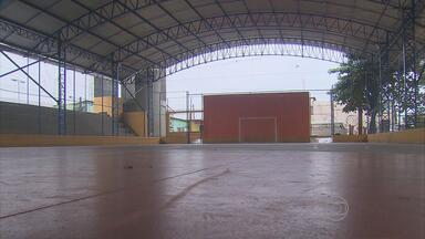 Depois de várias cobranças, moradores do Alto José Bonifácio ganham quadra nova - A pintura é nova e a quadra de futsal está com tela nova.