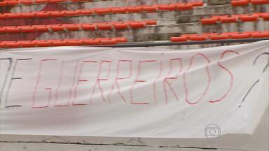 Torcida do Santa protesta contra o elenco em treino - Tricolores estenderam faixa na arquibancada do Arruda