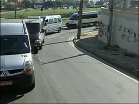 Vans que fazem transporte de Sorocaba e São Paulo fazem protesto em avenida - Cerca de 40 motoristas se manifestaram pedindo a legalização das viagens, que hoje são exclusividade.