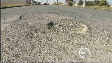 Prefeitura de Taubaté (SP) tampa buracos nas ruas, mas ainda falta muito - Só neste ano a prefeitura tapou 22 mil deles, uma área equivalente a quatro campos de futebol, mas os números mostram que 30% do asfalto da cidade, ou cerca de 400 campos, precisam ser refeitos.
