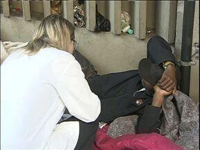 Moradores de rua contam com atendimento médico em Curitiba - Psicólogos, médicos e enfermeiros percorrem todo o centro para atender os moradores de rua.