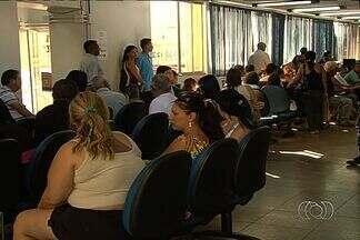 Usuários reclamam da demora no atendimento em agência do INSS em Goiânia - Usuários reclamam da precariedade do atendimento da Agência de Previdência Social (INSS), em Goiânia. Segundo eles, as filas são grandes e muitas vezes o problema não é resolvido. A agência se defende e diz que faz mais de 400 atendimentos por dia.