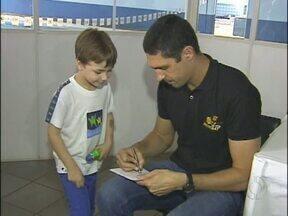 Nadador Gustavo Borges esteve hoje em Foz do Iguaçu - O ídolo da garotada distribuiu autógrafos a crianças e jovens, durante um encontro de natação.
