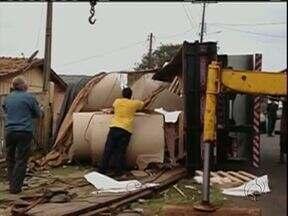 Caminhão tomba e assusta moradores na Vila Carli em Guarapuava - O acidente foi no começo da tarde envolvendo um caminhão carregado com bobinas de papelão.