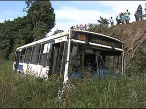 Mais de 30 pessoas ficam feridas em acidente com ônibus na BA-093 - O veículo despencou de uma ribanceira e capotou duas vezes. A rodovia liga a capital à Região Metropolitana.