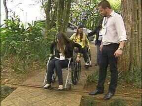 A acessibilidade é tema de seminário internacional da construção civil - Estudantes e profissionais da construção civil viveram na prática algumas dificuldades enfrentadas pelos portadores de deficiência física ou visual.