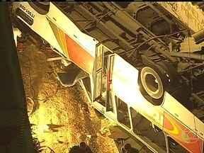 Queda de ônibus de viaduto mata seis pessoas em município do RJ - O veículo despencou sobre uma estrada de ferro, no município de Itaguaí. Segundo a Polícia Militar, 34 passageiros ficaram feridos. De acordo com um passageiro, o ônibus bateu em outro coletivo antes de cair.