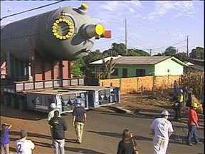 Operação especial é montada para transporte de peça gigante em Foz do Iguaçu - Agentes de trânsito e da companhia de energia elétrica acompanham o trajeto.