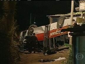 Sérgio Besserman fala sobre desastre com ônibus em Itaguaí - De acordo com Sérgio Besserman, são vários os fatores que podem ter contribuído para esse tipo de acidente. Para o comentarista as condições do motorista, o ônibus e o viaduto devem ser averiguados para se chegar ao que provocou a tragédia.