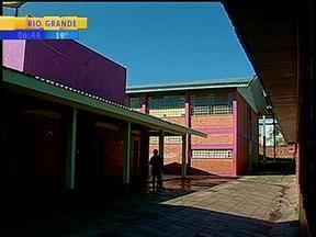 Alunos de uma escola de Passo Fundo, RS, fazem um quebra-quebra em sala de aula - Vandalismo foi gravado por outros estudantes.