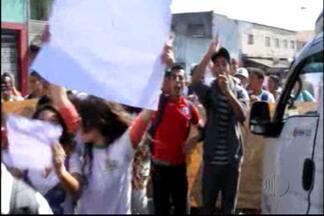 Alunos da ETEC de Ferraz de Vasconcelos pedem mais segurança - Alunos da ETEC de Ferraz de Vasconcelos pedem mais segurança. Segundo eles, furtos acontecem dentro da escola e nas proximidades.