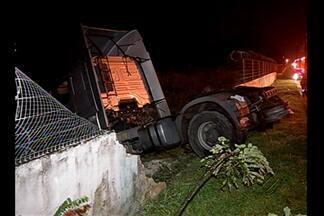 Caminhão desgovernado bate e derruba muro da Infraero, em Belém - O motorista do caminhão teria perdido o controle.