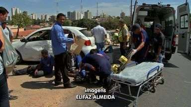 Conversão irregular provoca acidente na Avenida Miguel Sutil - Dois homens que estavam em uma moto ficaram feridos e foram socorridos pelo SAMU.
