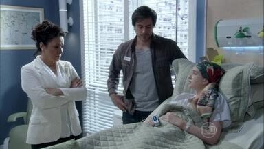Nicole muda o testamento e irrita Leila - A milionária pede para ficar a sós com Rafael, o advogado responsável pelo testamento. Thales se sente culpado quando Leila reclama da atitude de Nicole
