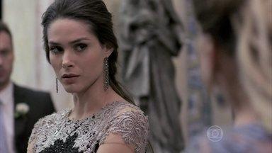 Leila e Thales são hostilizados após a morte de Nicole - César condena o escritor, que não aceita a morte da milionária