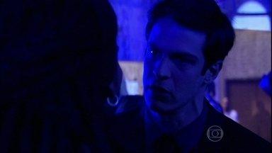Félix afirma que Ninho pode perder Paloma para sempre - O vilão vê Anjinho na festa e o manda para casa